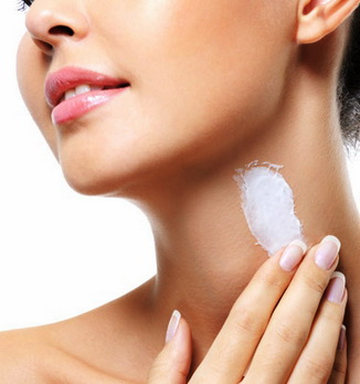 наложение крема на кожу шеи