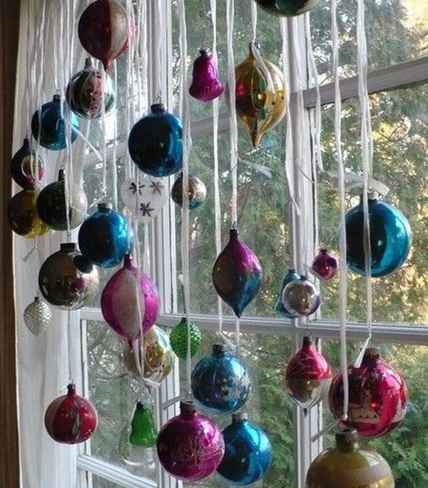 украшение окна елочными игрушками