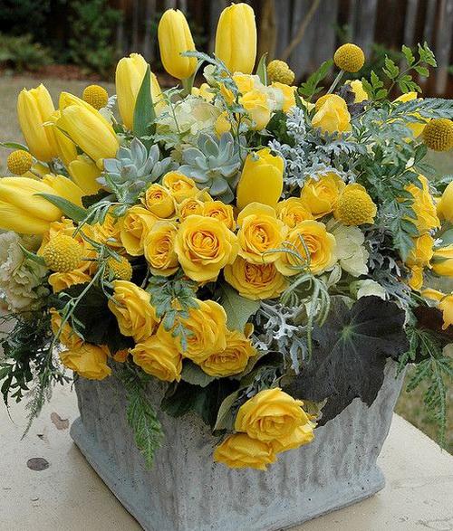 букет из желтых тюльпанов и роз