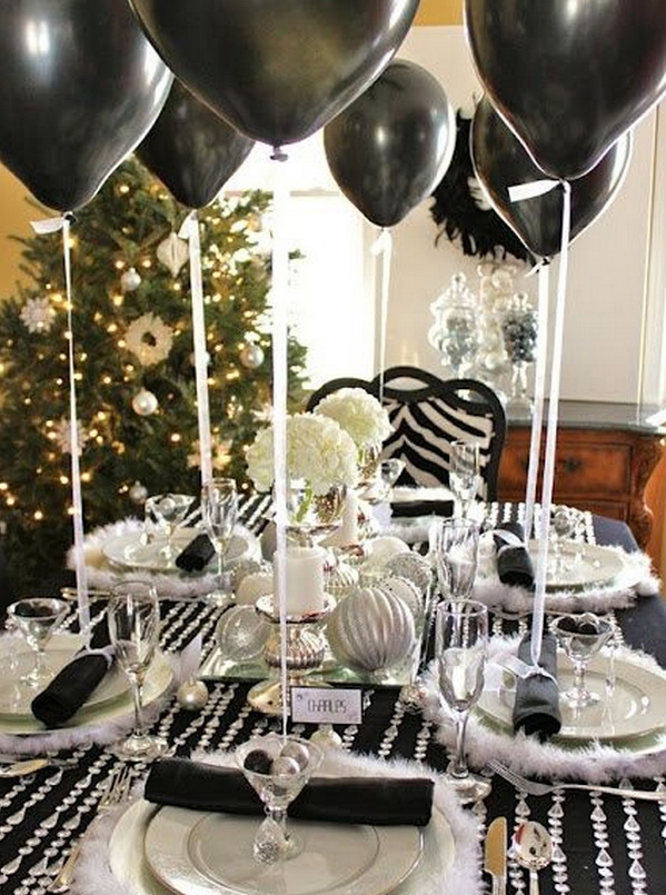 Новогодний стол с шариками