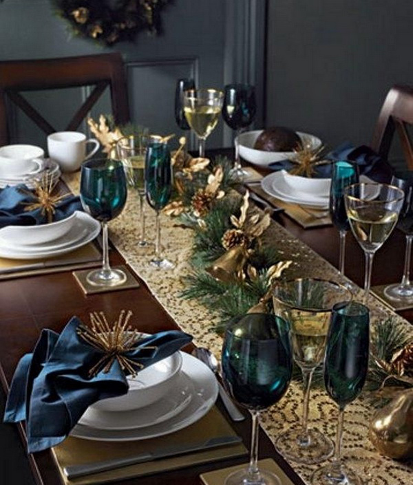 Новогодний стол в золотом цвете