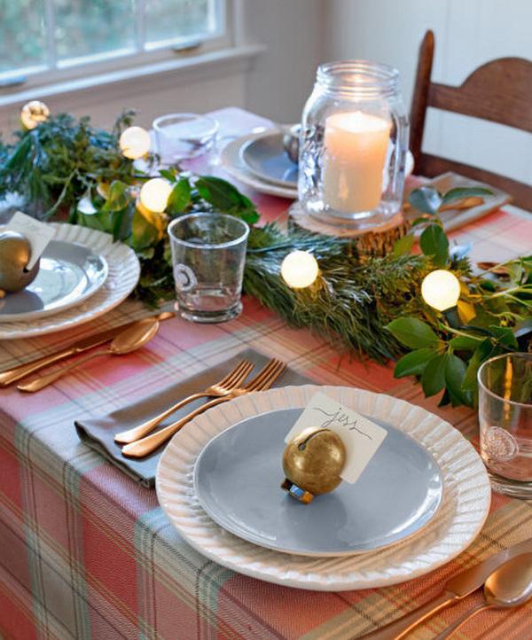 Праздничный стол с гирляндами