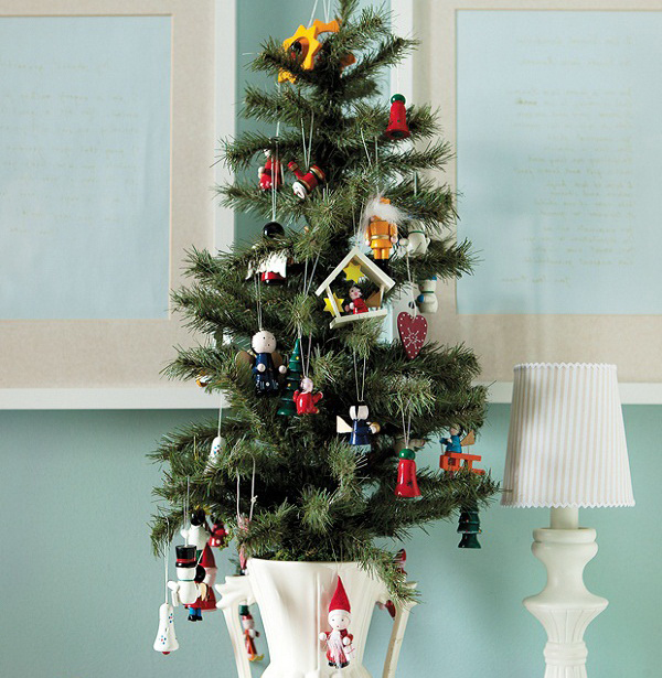 маленькая елка с деревянными игрушками