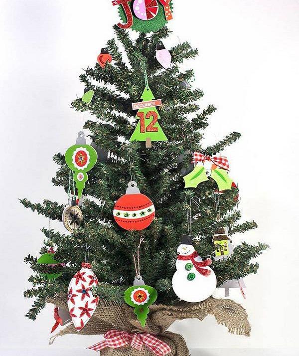 маленькая елка с картонными игрушками