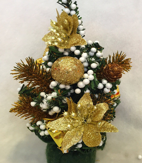 маленькая елка с золотыми украшениями