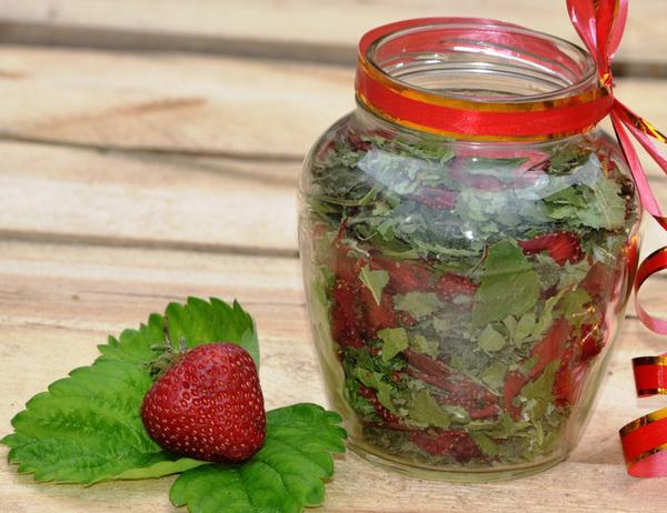 Напиток из листьев и ягод клубники